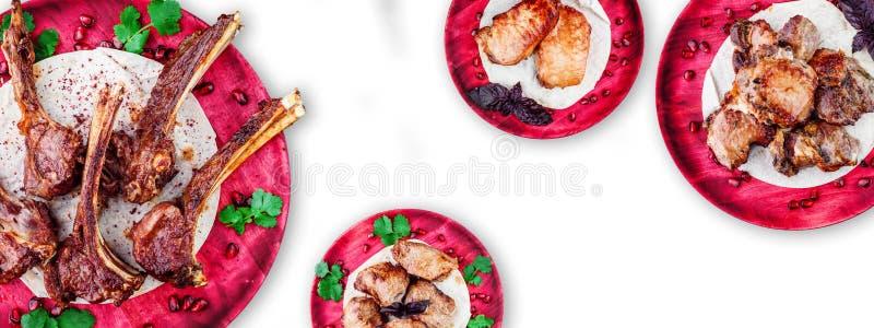 Fleisch-Collage Kalbfleischrippen-, -schweinefleisch-, -kalbfleisch- und -rindfleischgrill auf den hölzernen roten Platten lokali lizenzfreie stockfotos