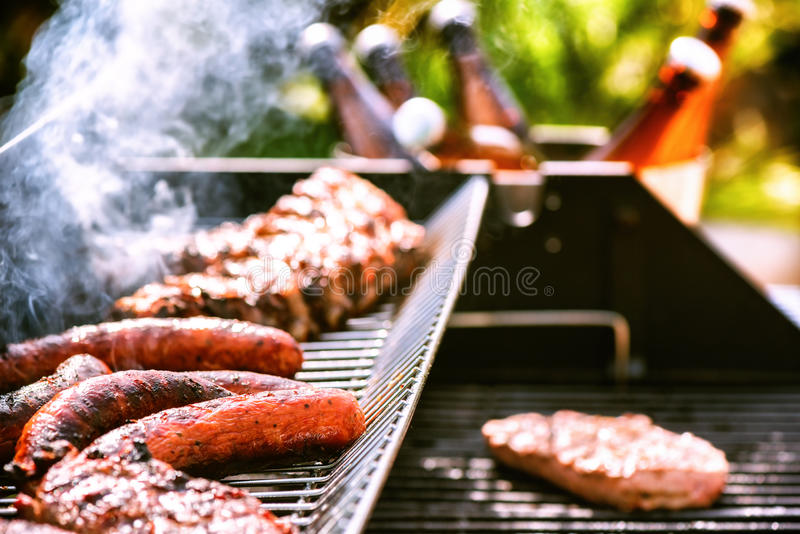 Fleisch, das auf Grillgrill für Partei des Sommers im Freien kocht Lebensmittelba lizenzfreie stockfotos