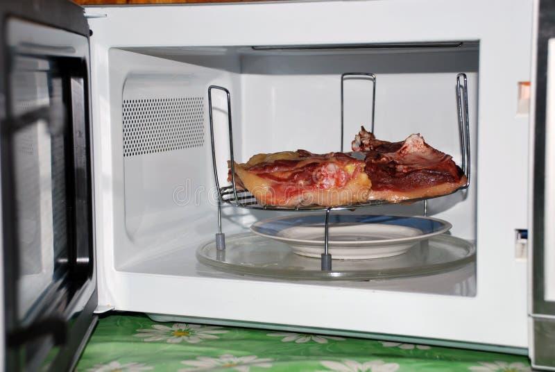 Fleisch in der Mikrowelle lizenzfreies stockbild