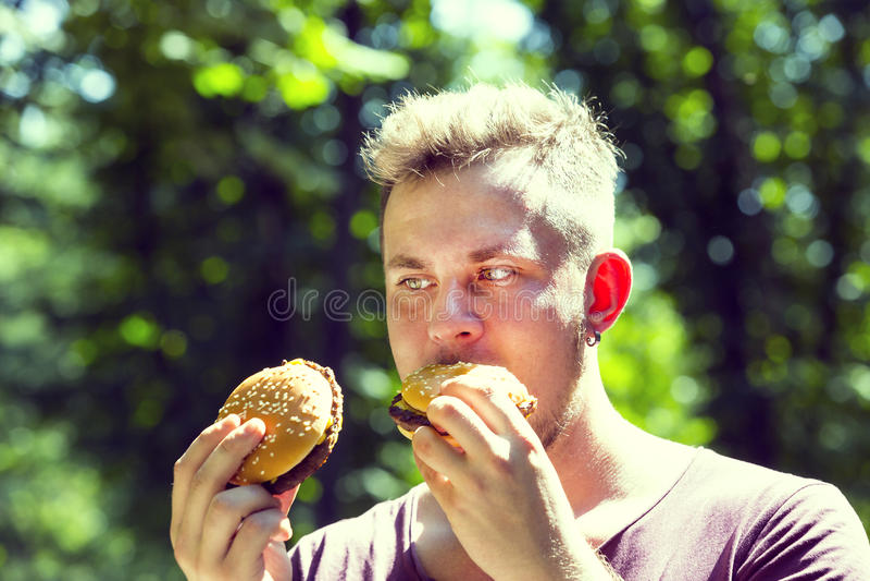 Fleisch fressend ein Hamburger stockbilder