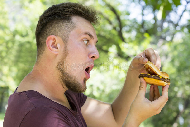 Fleisch fressend ein Hamburger stockbild