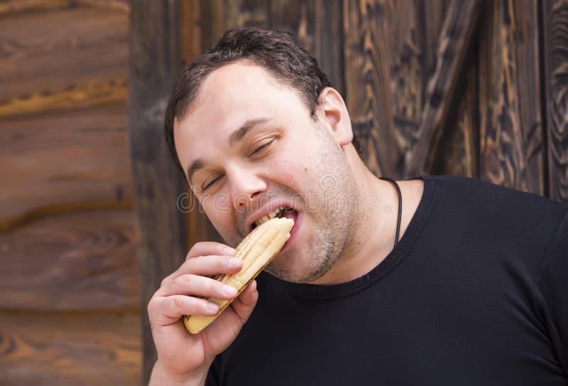 Fleisch fressend ein Hotdog lizenzfreie stockfotos