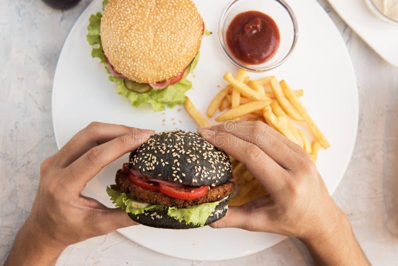 Download Fleisch fressende Burger stockbild. Bild von mittagessen - 90229103
