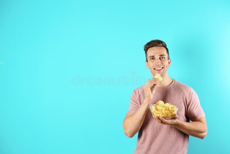 Fleisch fressende Kartoffelchips auf Farbhintergrund stockfoto