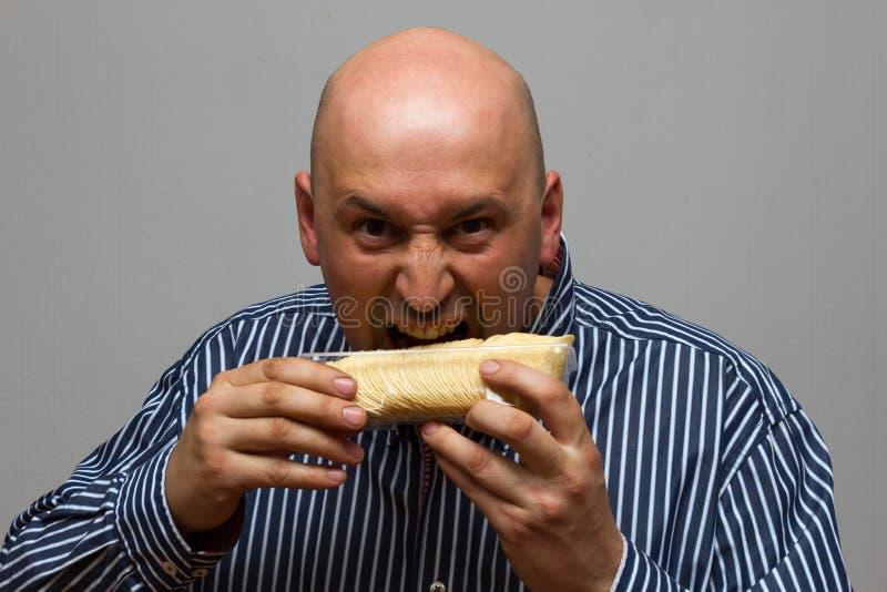 Fleisch fressende Kartoffelchips hastig lizenzfreies stockfoto