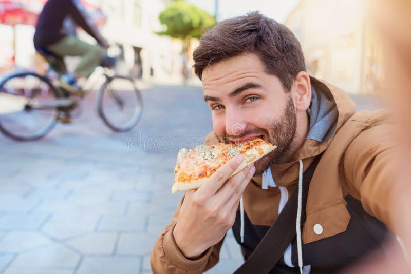 Fleisch fressende Pepperoni-Pizza stockfoto