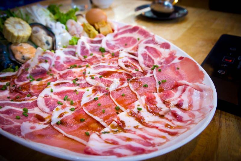 Fleisch geschnitten in Shabu-Restaurant stockfotografie