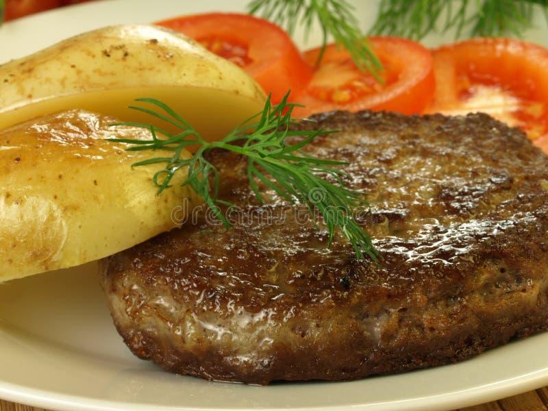 Fleisch, Kartoffeln und Tomate, Nahaufnahme lizenzfreie stockfotografie