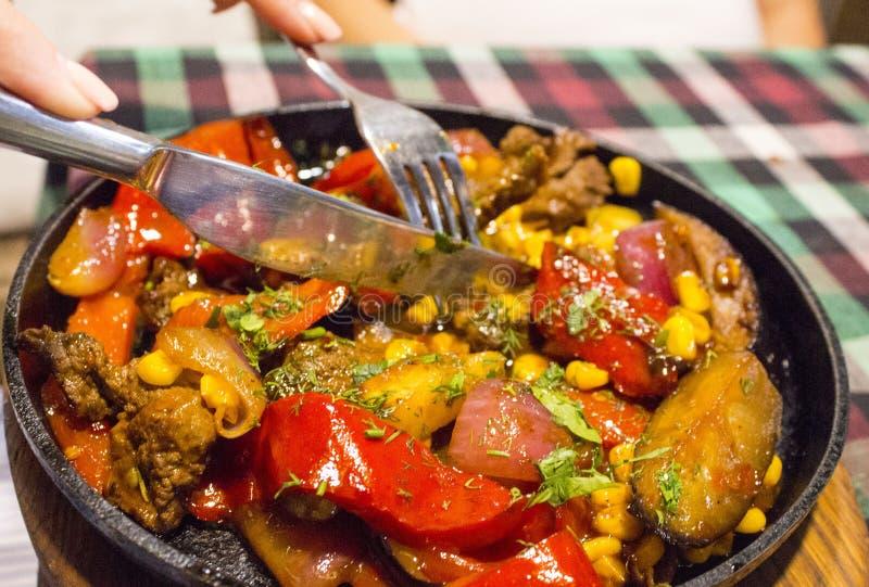 Fleisch mit gegrilltem Gemüse auf Bratpfanne lizenzfreie stockfotos