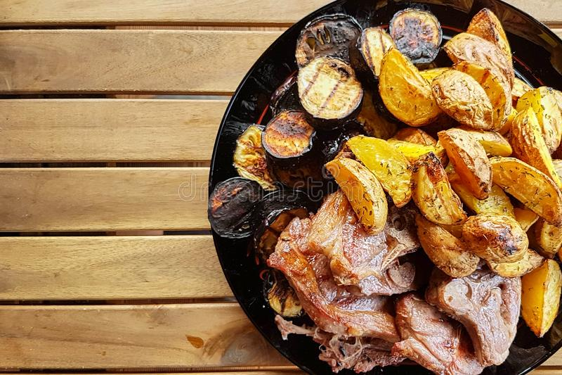 Fleisch mit gegrilltem Gemüse auf hölzernem Hintergrund lizenzfreie stockbilder