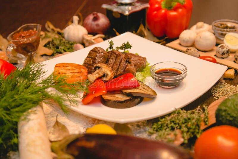 Fleisch mit Gemüse stockfotos