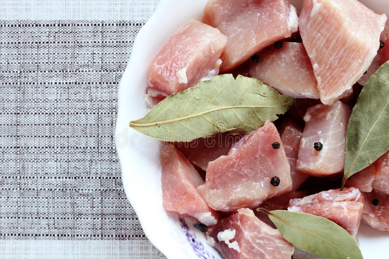 Fleisch mit Gewürzen für Kebabs in der Platte stockfoto