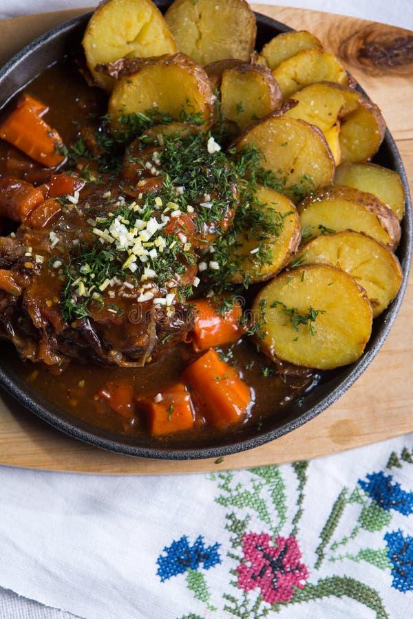 Fleisch mit Ofenkartoffeln stockfotografie