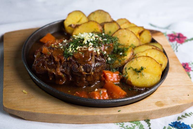 Fleisch mit Ofenkartoffeln stockbilder