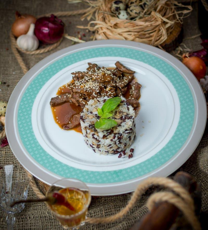 Fleisch pikant in der Soße mit Reis stockfoto
