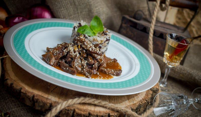 Fleisch pikant in der Soße mit Reis stockfotos