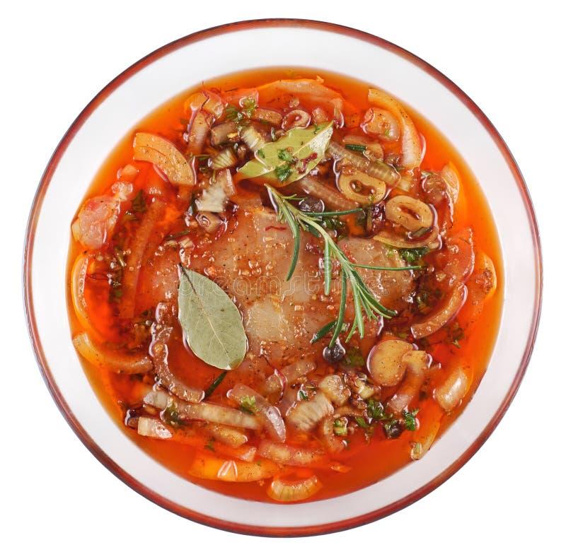 Fleisch, Schweinefleisch in der Marinade auf einer Glasplatte lizenzfreies stockfoto