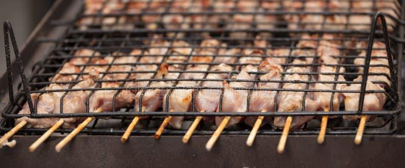 Fleisch spießt souvlaki auf Grill auf Abschluss oben, Fahne, Vorderansicht mit Details stockfotografie
