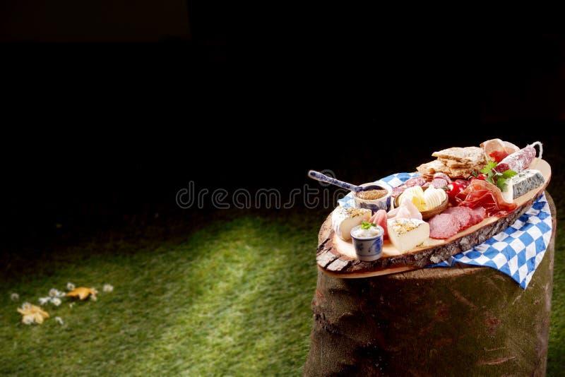 Fleisch- und Käseservierplatte draußen gedient lizenzfreies stockfoto