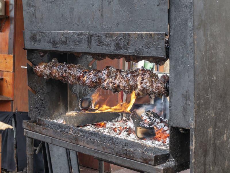 Fleisch wird auf einem Spucken, mittelalterliche Freuden aufgespießt Rekonstruktion von historischen Ereignissen der Stadt Magdeb stockfoto