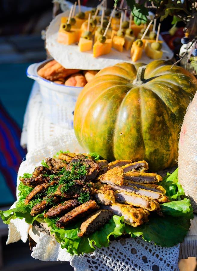 Fleischaperitifs mit Salatblättern auf dem Tisch stockbild