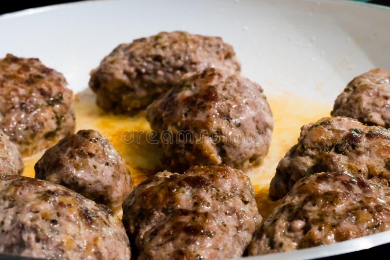 Fleischbälle des gehackten Rindfleisches und des Schweinefleisch lizenzfreie stockfotografie