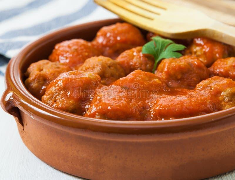Fleischbälle mit Tomate lizenzfreie stockfotografie