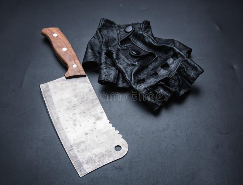 Fleischbeil und fingerless Lederhandschuhe stockfoto