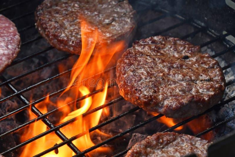 Fleischburger für Hamburger grillten auf Flammengrill lizenzfreies stockbild