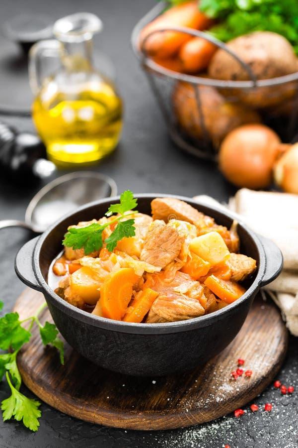 Fleischeintopfgericht mit Gemüse Gedünstetes Fleisch mit Kohl, Karotte und Kartoffel lizenzfreies stockfoto
