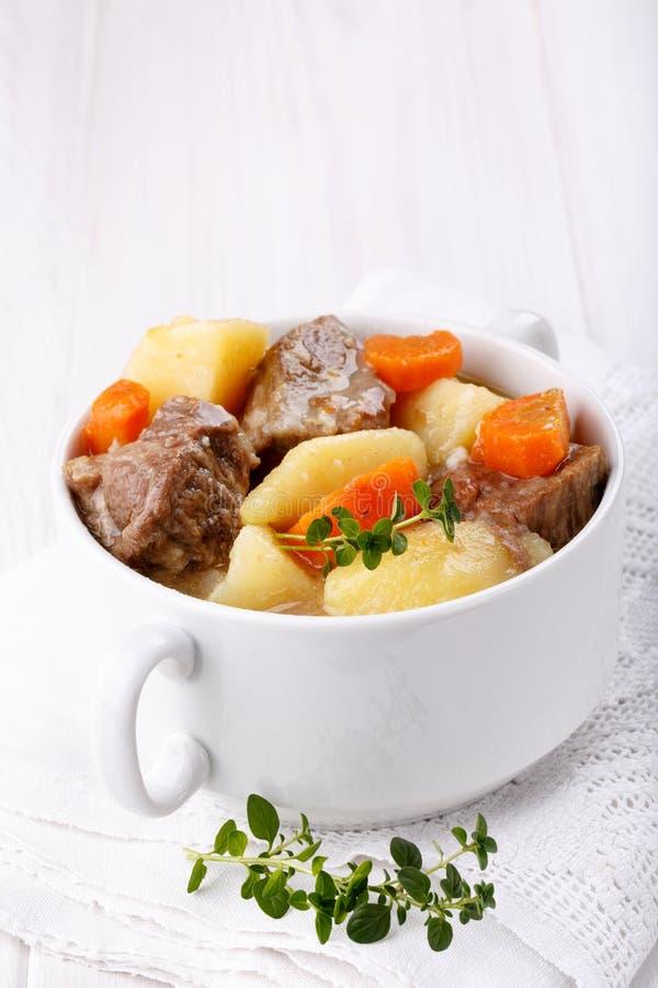 Fleischeintopfgericht mit Kartoffeln und Karotten stockfoto