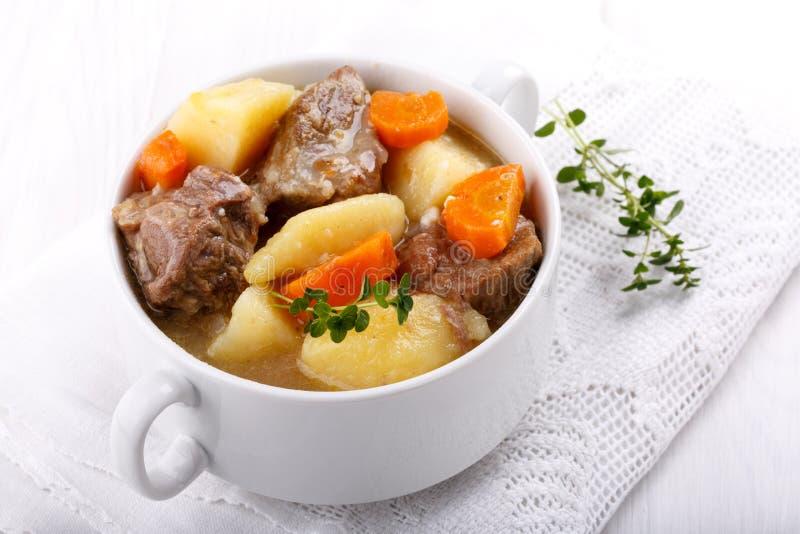 Fleischeintopfgericht mit Kartoffeln und Karotten stockfotografie