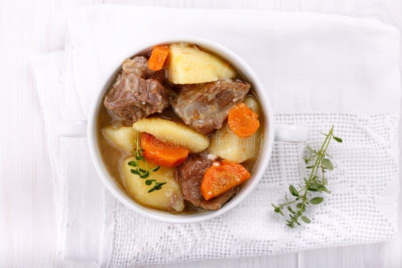 Fleischeintopfgericht mit Kartoffeln und Karotten lizenzfreie stockbilder