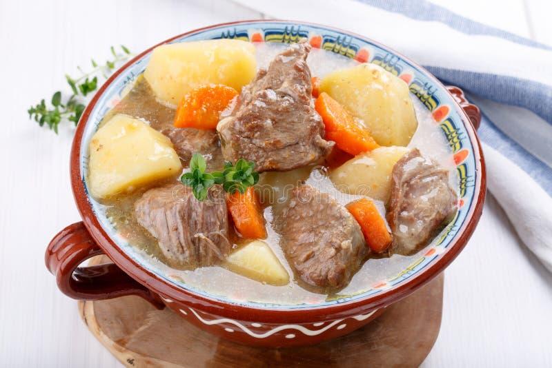 Fleischeintopfgericht mit Kartoffeln und Karotten Gulaschsuppe lizenzfreie stockbilder