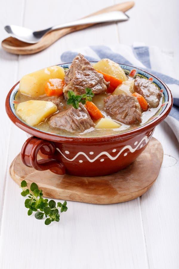 Fleischeintopfgericht mit Kartoffeln und Karotten Gulaschsuppe stockbild