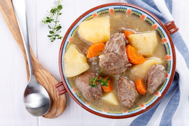 Fleischeintopfgericht mit Kartoffeln und Karotten Gulaschsuppe lizenzfreies stockbild