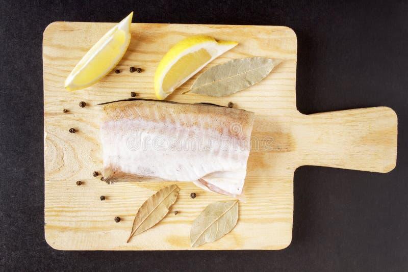 Fleischfische, Pfeffererbsen, Lorbeerblatt und Zitronennahaufnahme Bestandteile für Teller von den Meeresfrüchten Beschneidungspf stockbild