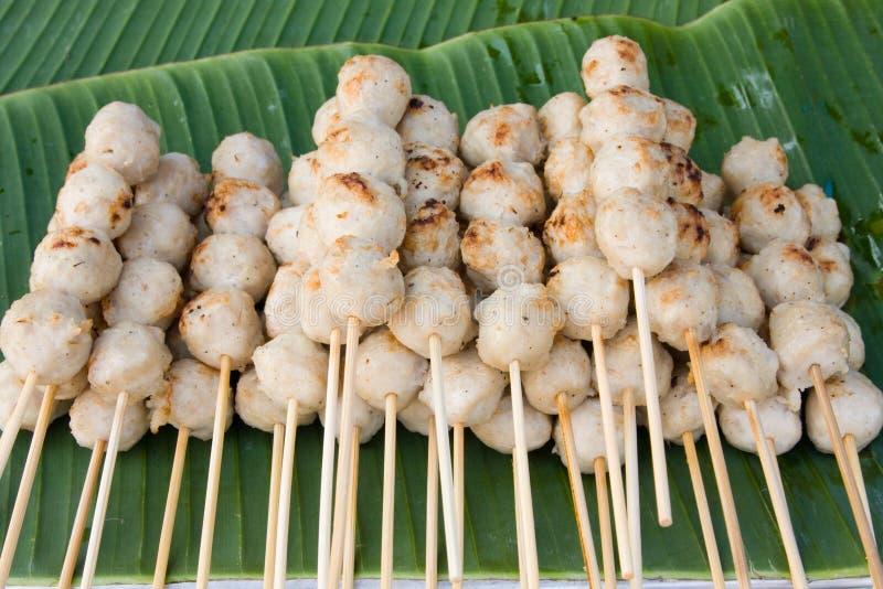 Fleischklöschen auf den Steuerknüppeln, eingetaucht in süße Paprikasoße lizenzfreies stockbild