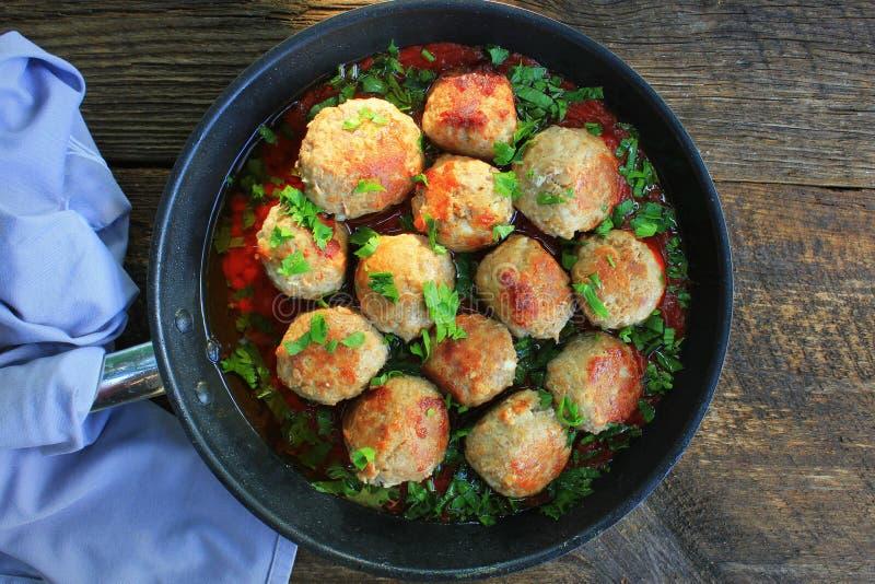 Fleischklöschen in der süßen und sauren Tomatensauce auf rustikaler Tabelle Beschneidungspfad eingeschlossen stockbilder