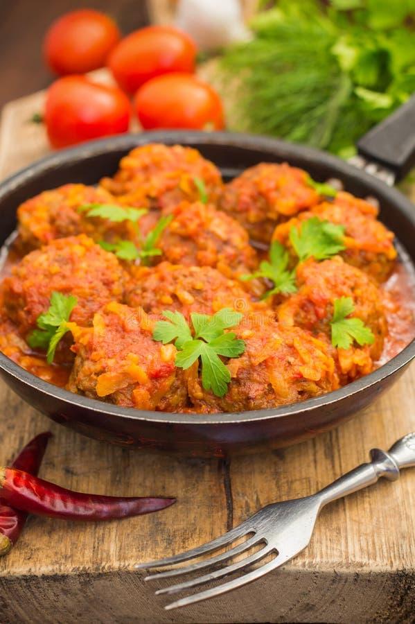 Fleischklöschen in der süßen und sauren Tomatensauce in der Wanne Hölzerner Hintergrund Nahaufnahme stockbilder