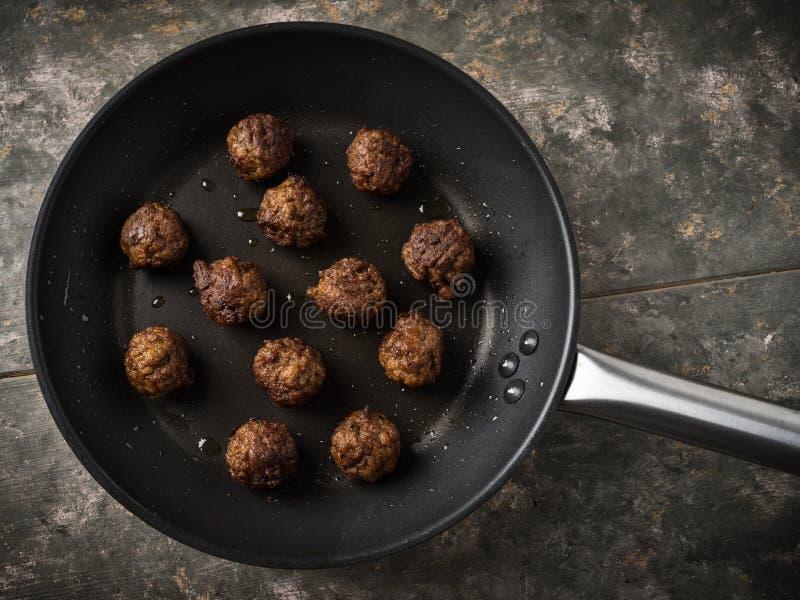 Fleischklöschen des strengen Vegetariers in einer Wanne lizenzfreie stockfotos