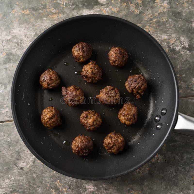 Fleischklöschen des strengen Vegetariers in einer Wanne stockfotografie