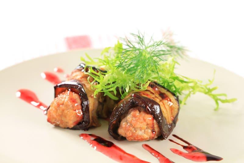 Fleischklöschen eingewickelt in der Aubergine stockbilder
