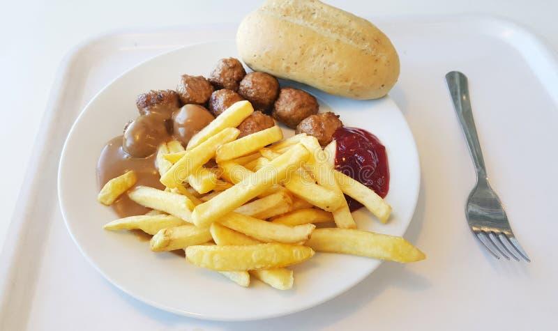 Fleischklöschen geschmückt mit Pommes-Frites in einer weißen Platte lizenzfreie stockfotografie