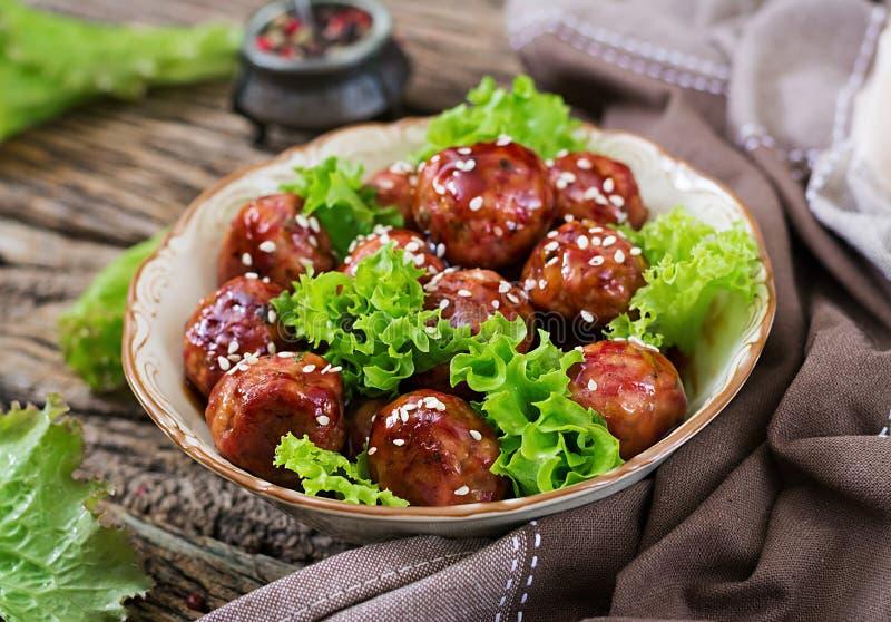 Fleischklöschen mit Rindfleisch in der süß-sauren Soße stockbilder