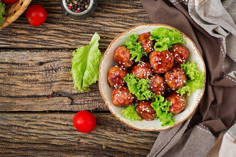 Fleischklöschen mit Rindfleisch in der süß-sauren Soße lizenzfreie stockbilder
