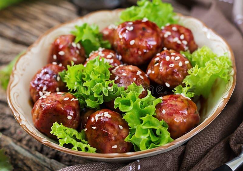 Fleischklöschen mit Rindfleisch in der süß-sauren Soße stockfotografie
