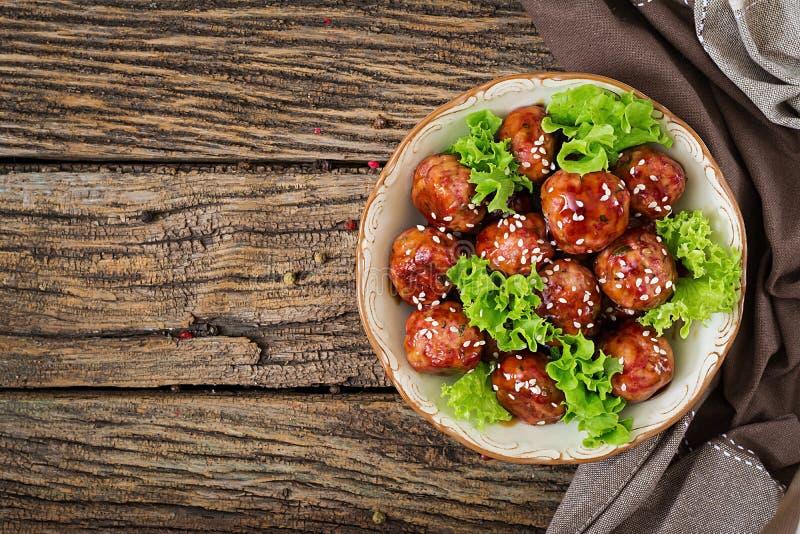Fleischklöschen mit Rindfleisch in der süß-sauren Soße lizenzfreie stockfotos