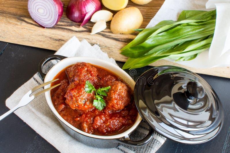 Fleischklöschen mit süßer und saurer Tomatensauce lizenzfreie stockfotos