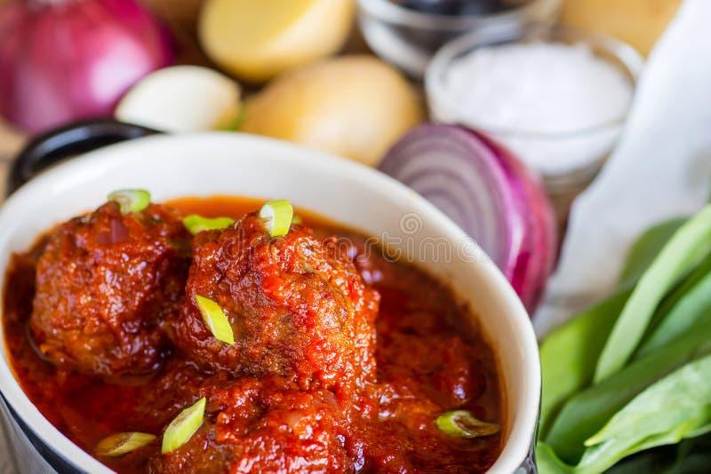 Fleischklöschen mit süßer und saurer Tomatensauce lizenzfreies stockbild